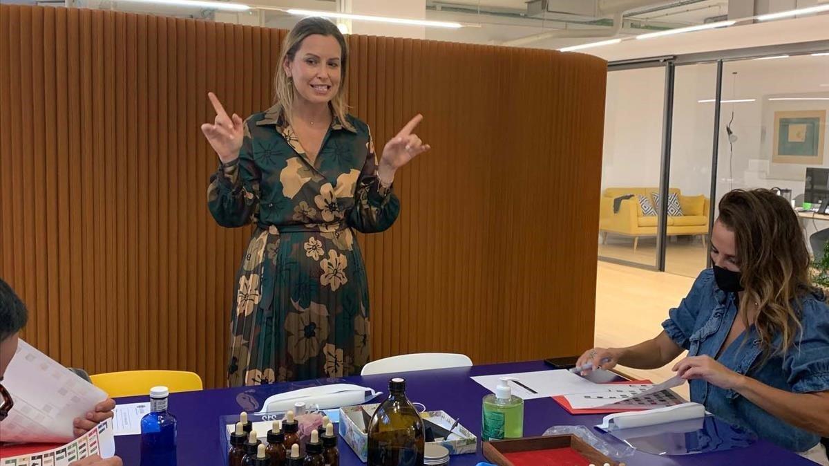 La perfumista Sandra Iruela, en su último taller en Barcelona.