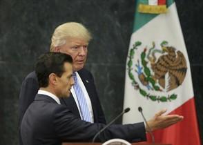 Donald Trump i Enrique Peña Nieto arriben a la roda de premsa a la residència presidencial de Los Pinos, ahir.
