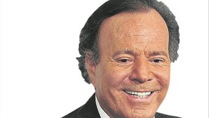 lmmarco38790692 spanish singer julio iglesias holds an award after being nam170829134910