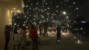 mbenach40606110 people release fireworks while celebrating the hindu festiva171023163558