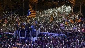 Vista nocturna de la manifestación.