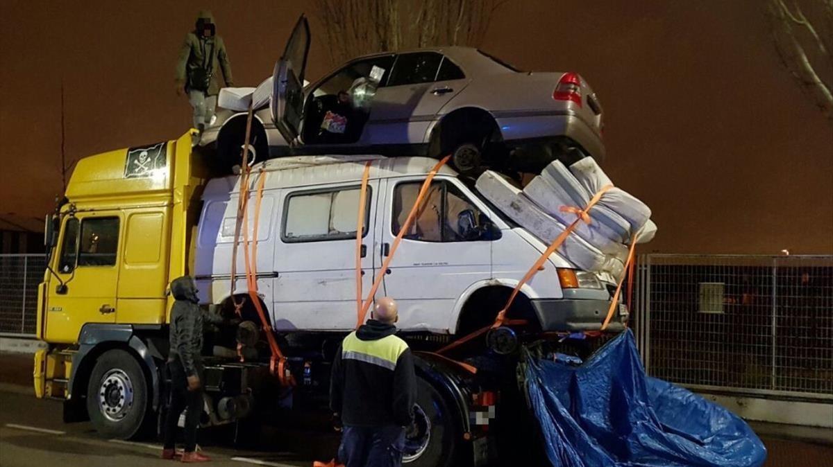 Un camión circula cargado con una fuergoneta, un coche y 4 colchones