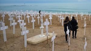731 cruces en la playa del Forti de Vinaros