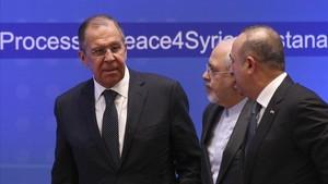Serguéi Lavrov (izquierda), ministro ruso de Exteriores, en una reunión sobre Siria en Astaná (Kazastán), el 16 de marzo.