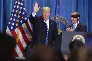 El presidente de los Estados Unidos, Donald Trump, anuncia un plan para revisar la forma en que Medicare paga ciertos medicamentos.