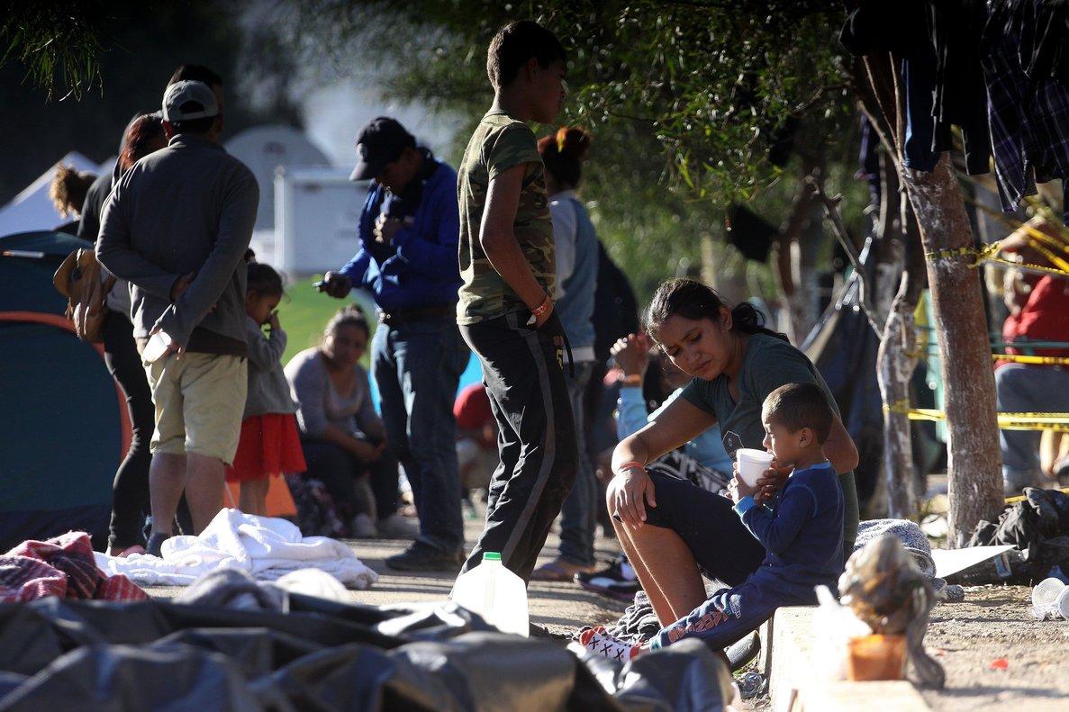 Migrantes permanecen en un albergue de la ciudad de Tijuana.Mexico deporto a 98 migrantes que presuntamente protagonizaron una trifulca al romperun cerco de la Policia Federal en la ciudad de Tijuana con el afan de cruzar la frontera con Estados Unidos.EFE Alejandro Zepeda