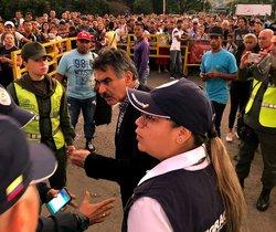 El ciudadano venezolano Carlos Manuel Pino García (c), mientras reacciona en el momento de su expúlsión por presuntamente realizar actividades que atentan contra la seguridad nacionalen Cúcuta (Colombia).EFE/ Migración Colombia