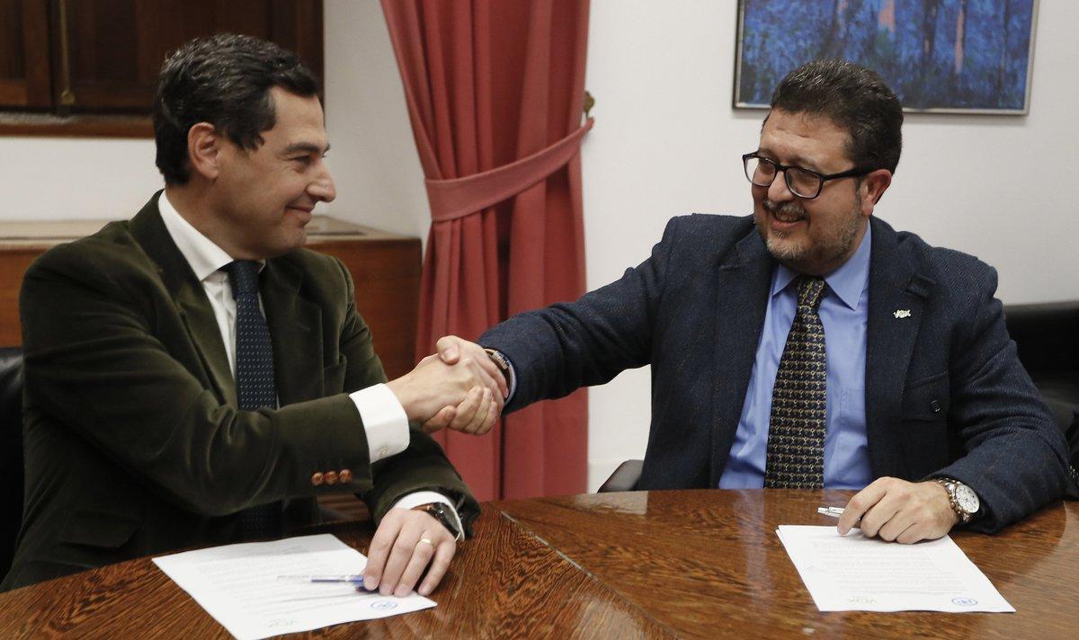 El presidente de PP andaluz, Juanma Moreno, estrecha la mano al líder andaluz de VOX, Francisco Serrano, el pasado enero.