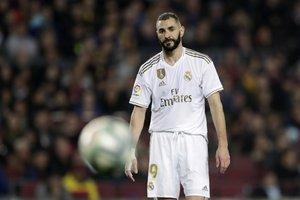El madridista Benzema se lamenta tras una ocasión fallada ante el Barça.