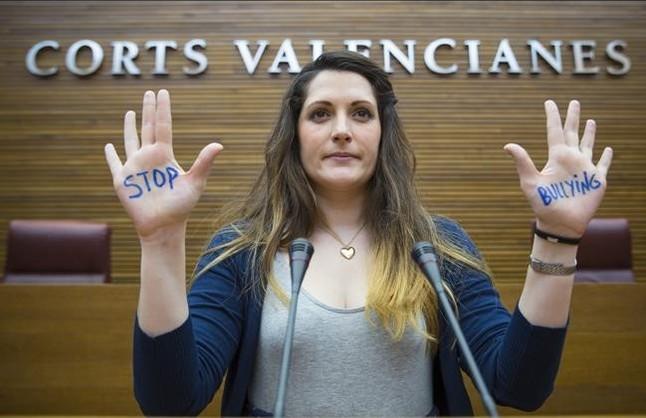 Marian Campellomuestra las palmas de las manos con la inscripciónstop bullying,en Les Corts.