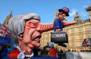 Activistas contra el Brexit se manifiestan en los alrededores del Parlamento en Londres.