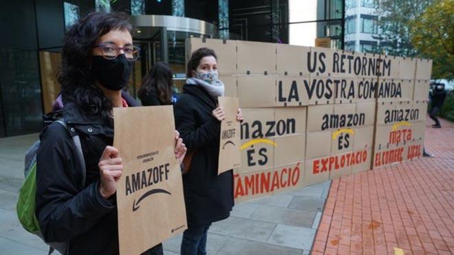 Activistas por el clima ocupan la sede de Amazon en Barcelona.