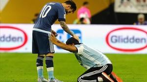 Un aficionado de la albiceleste se arrodilla ante Messi antes del inicio de la segunda parte ante EEUU.