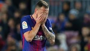 Alcácer abandona decepcionado el Camp Nou tras su lesión muscular contra el Deportivo.