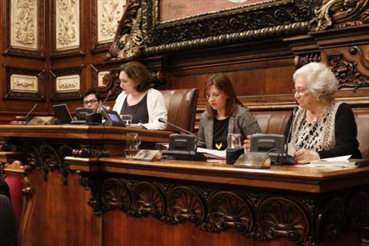 La alcaldesa, Ada Colau, durante el pleno.