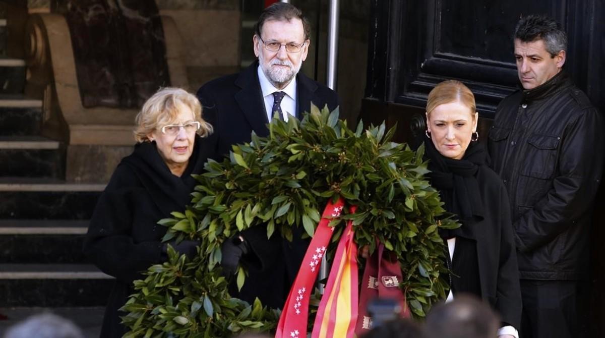 El Presidente del Gobierno en funciones, Mariano Rajoy, junto a Cristina Cifuentes y Manuela Carmena presidiendo el acto en memoria de las víctimas del 11 M
