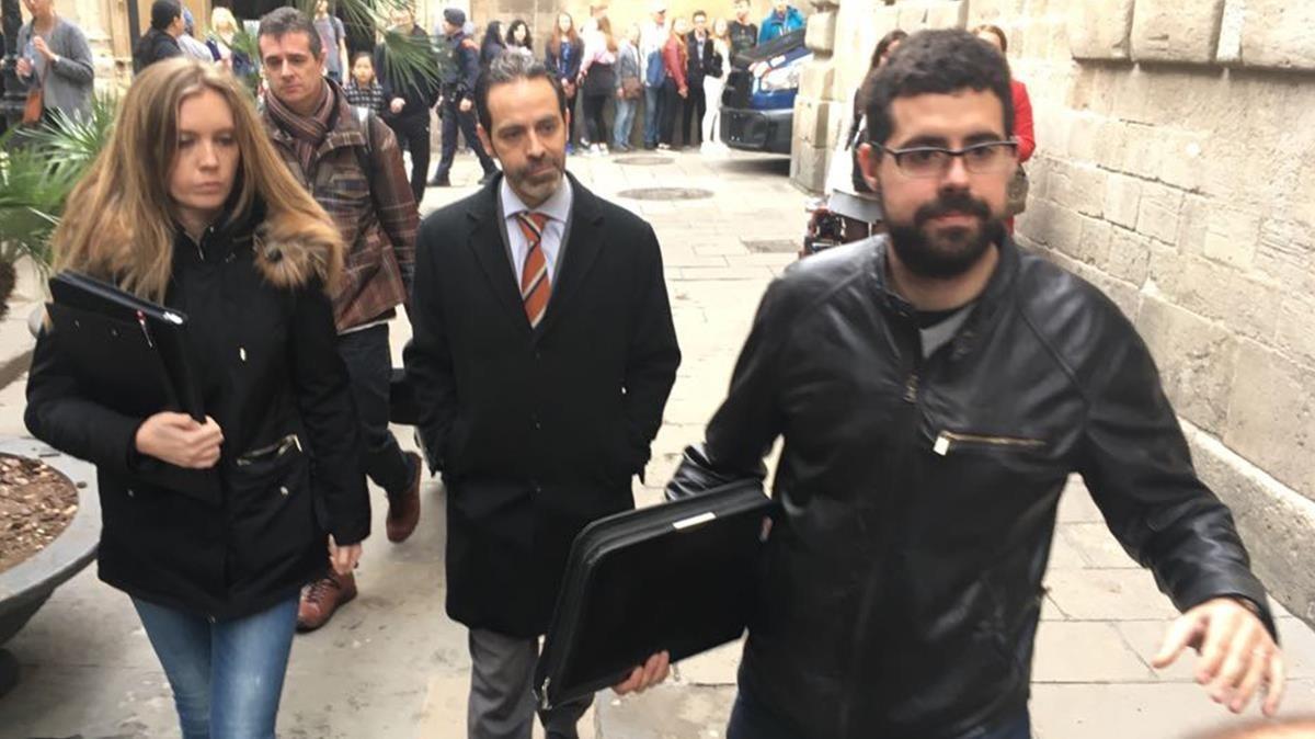 Antoni Molons, en el centro, siendo trasladado al Palau de la Generalitattras su detención.