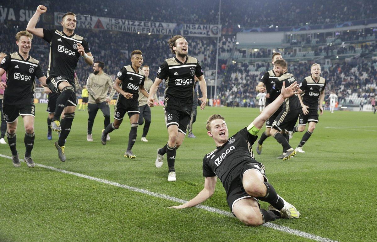 Los jugadores del Ajax celebran la victoria en Turín ante la Juventus.