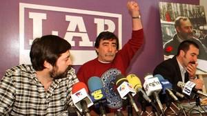 Paco, hermano de Eugenio Aranburu, saluda puño en alto al inicio de la rueda de prensa del sindicato LAB junto a Rafa Diez i y Txutxi Ariznabarreta, en febrero de 1997.