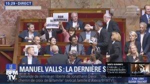 La Asamblea Nacional francesa se despide de Valls con carteles de hasta nunca.