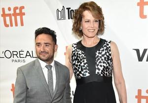 J.A. Bayona acompañado por la actriz Sigourney Weaver, en el estreno mundial de 'Un monstruo viene a verme', en el festival de cine de Toronto.