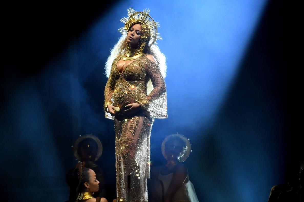 Beyoncé, durante su espectacular actuación en los Grammy.