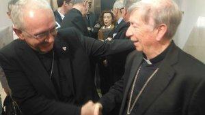 Los obispos de Barbastro-Monzón, Ángel Pérez, y Lleida, Salvador Giménez, se saludan antes de que comience en juicio.