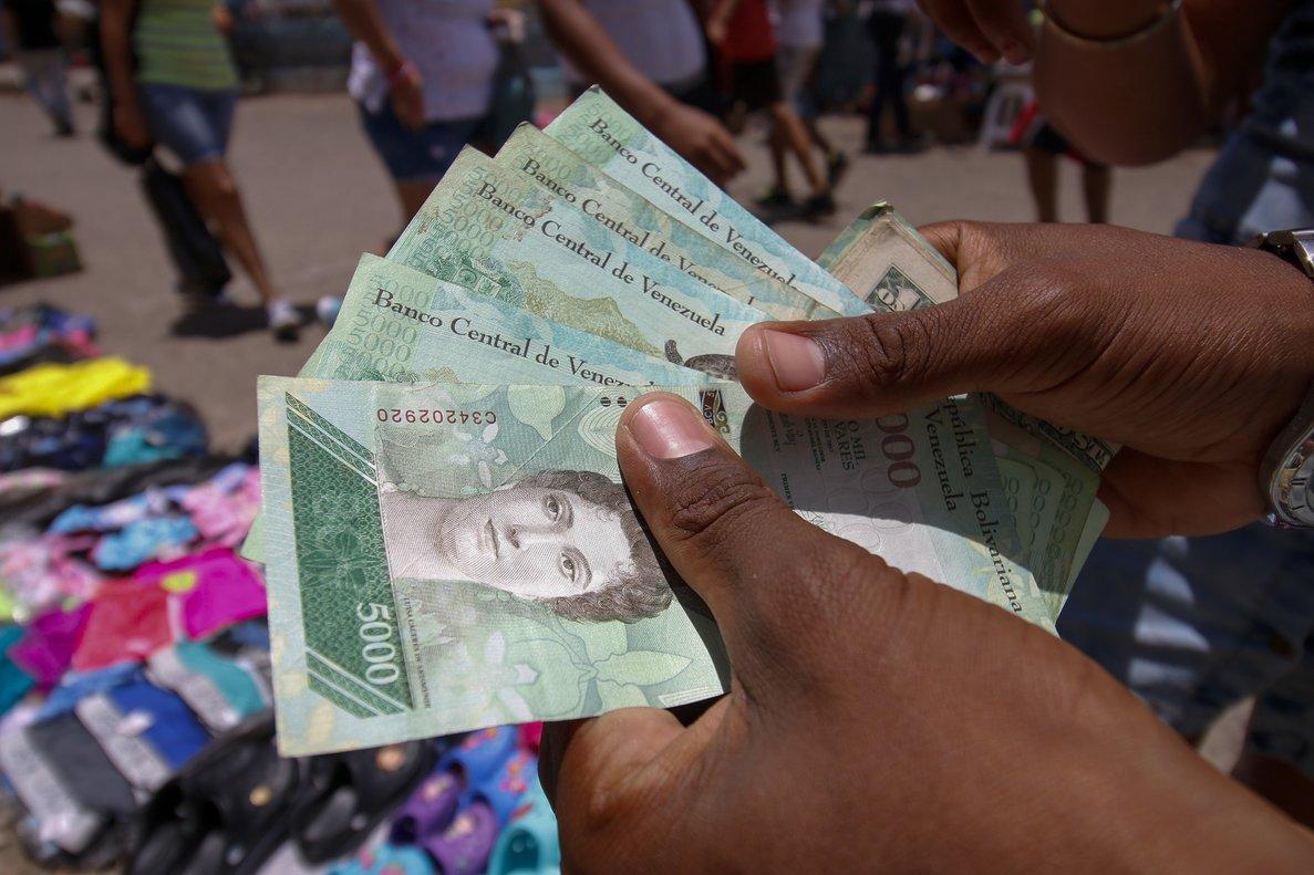 Muchos usuarios todavía optan por el mercado no oficial para negociar sus divisas.