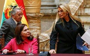La presidenta interina de Bolivia,Jeanine Anez y la ministra de exteriores, Karen Longaric.