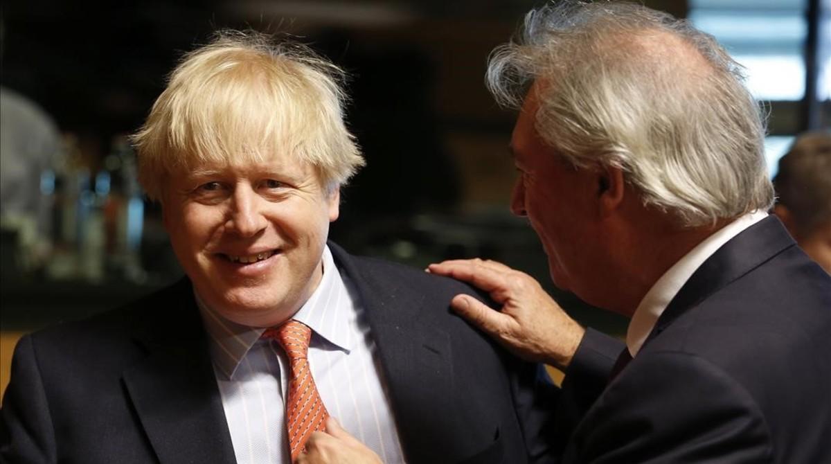 Boris Johnson (izq) junto a su homólogo luxemburgués, Jean Asselbom, el 3 de abril en Luxemburgo.