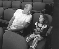 Bruce Willis se sienta en la platea del teatro con su hija Mabel Ray, de tres años.