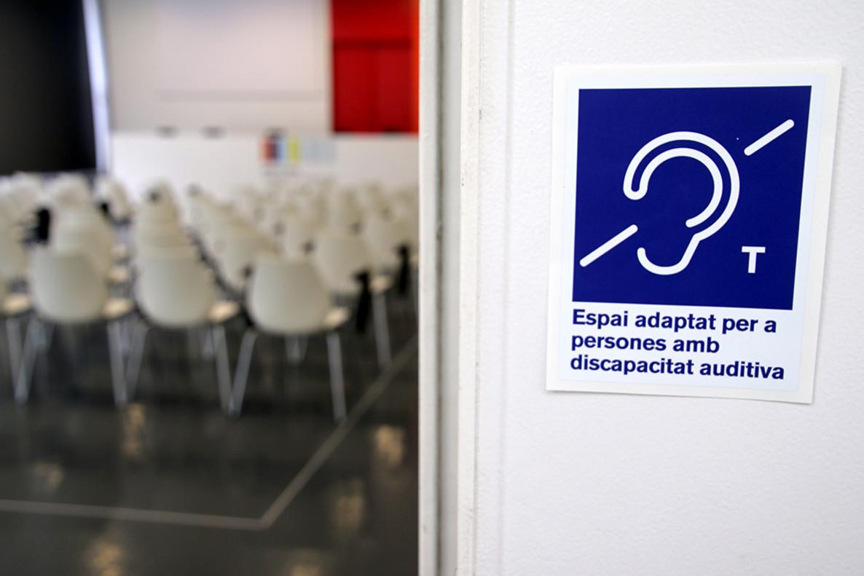 Bucles magnéticos para personas con discapacidad auditiva en servicios de Sant Boi.