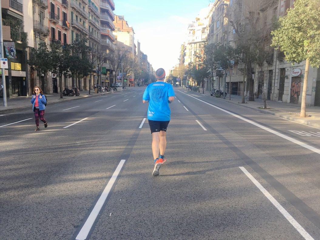 Un 'runner' corre por la calle de Aragó, el domingo sin coches.