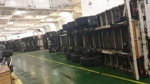 Camiones volcados por el fuerte oleaje en el ferry 'Hypatia de Alejandría'.