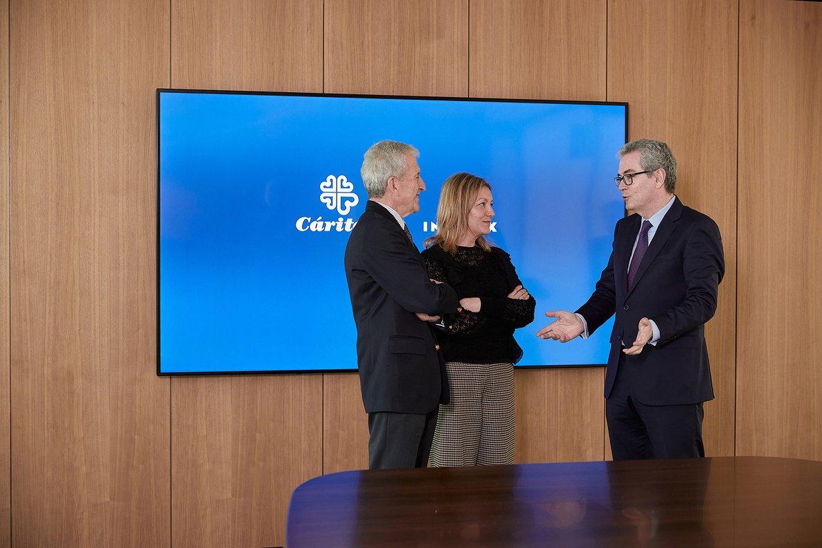 El presidente de Cáritas Española, Manuel Bretón, la secretaria general de Cáritas Española, Natalia Peiro, y Pablo Isla, presidente de Inditex.