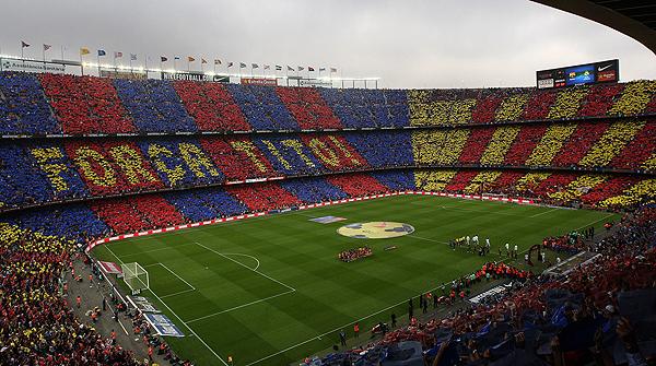 26.10.2013. Con motivo del clásico liguero, el público del Camp Nou aprovechó los primeros minutos del partido para formar un espectacular mosaico en el que podía leerse 'Força, Tito!'.