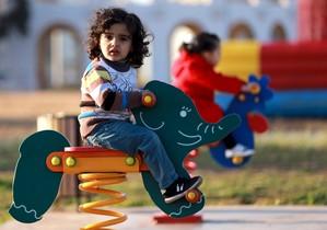 Una niña juega en un parque de la ciudad libia de Bengasi.