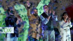 De izquierda a derecha, el portavoz de Vox en el Congreso, Ivan Espinosa de los Monteros,el presidente y candidato a prnicpal por VOX,Santiago Abascal,el secretario general de Vox y portavoz en el Ayuntamiento de Madrid,Javier Ortega Smith,y la portavoz de Vox en la Asamblea de Madrid,Rocio Monastero, entre confetiverdeen el mitin de fin de campana en la madrileña Plaza de Colón.