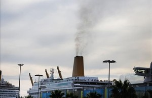 Crucero con los motores en marcha atracado en el puerto de Barcelona.