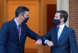 El presidente, Pedro Sánchez, y el líder del PP, Pablo Casado, se saludan a la entrada del palacio de la Moncloa antes de su reunión, este 2 de septiembre.