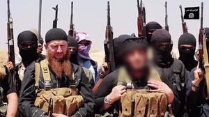 Combatientes del Estado Islámico, en una imagen difundida por una web islamista en la que aparece difuminada la cara de uno de los cabecillas del grupo.