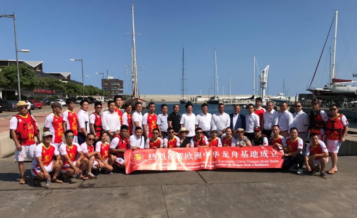 Comitiva que asistió al nombramiento de Badalona como base europea del Dragon Boat el pasado fin de semana en el puerto