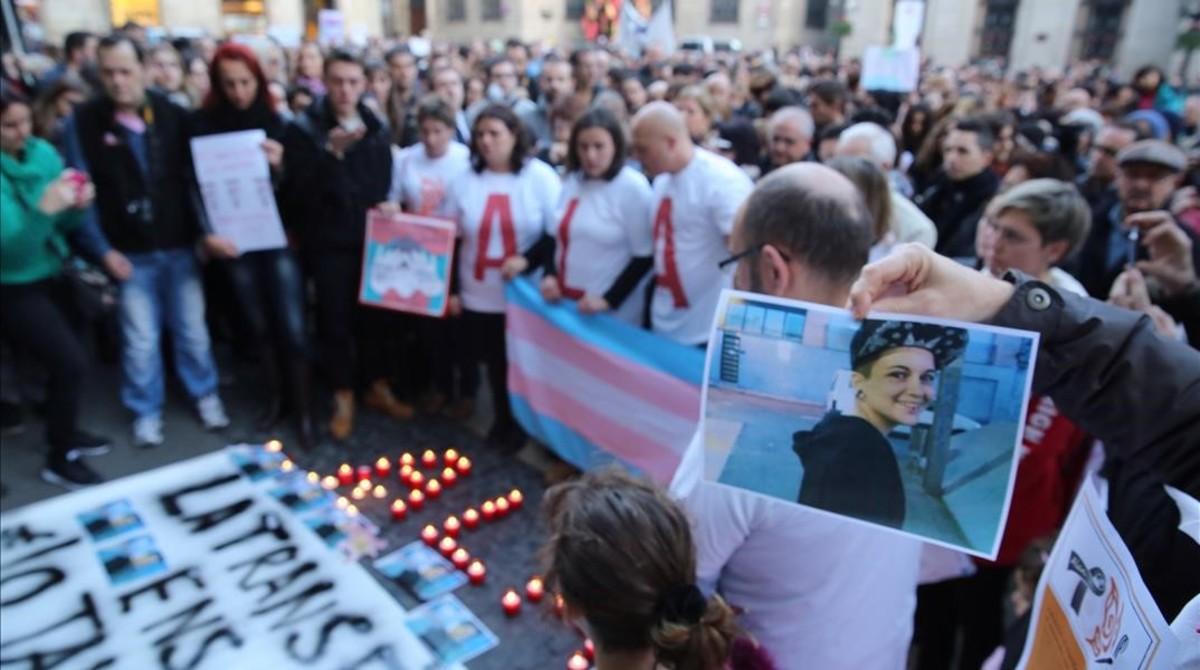 Concentración en Barcelonapor el suicidio de Alan, un transexual de 17 años, víctima deacoso escolar.