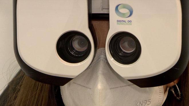 El confinamiento ha empeorado la visión del 57% de la población. En la foto, una mujer se somete a una revisión de la vista.