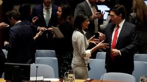 La embajadora de EEUU ante la ONU, Nikki Haley,conversa con el embajador israeli,Danny Danon, antes de empezar lareunion del Consejo de Seguridad.
