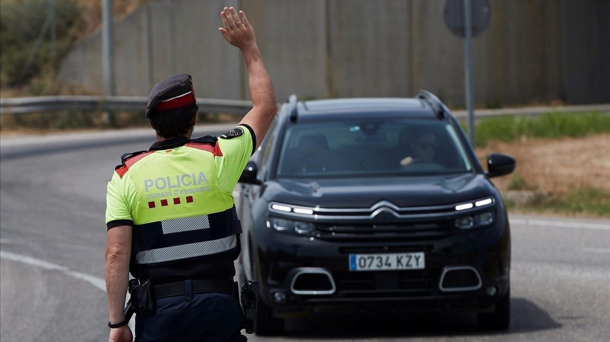 Control de los Mossos d'Esquadra en la entrada de Soses, uno de los pueblos afectados por el confinamiento en el Segrià, este martes.