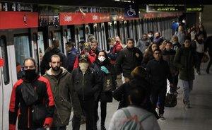 Andenes de la estación de metro de La Sagrera, a las 7.30 de la mañana.
