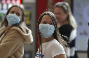 Lod (Israel), 10/03/2020.- Passengers wearing protective masks walk at the departure terminal of Ben Gurion International Airport, near Tel Aviv, Israel, 10 March 2020. Israel authorities imposed major restrictions on all travelers entering Israel, including a two weeks home quarantine of all arrivals from all countries to prevent the spread of COVID-19 coronavirus. EFE/EPA/ATEF SAFADI