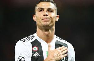 Cristiano Ronaldo agradece la muestras de cariño de la grada de Old Traffordtras la visita de la Juventus al Manchester United.