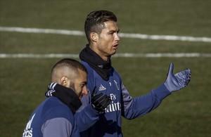 Cristiano Ronaldo y Benzema, durante el entrenamiento de este martes en la ciudad deportiva de Valdebebas.